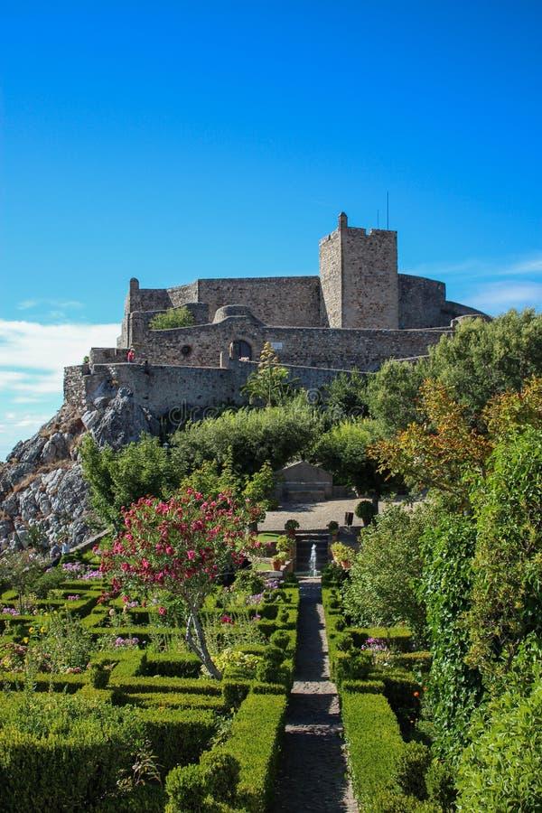 Schloss auf dem Hügel lizenzfreie stockfotos