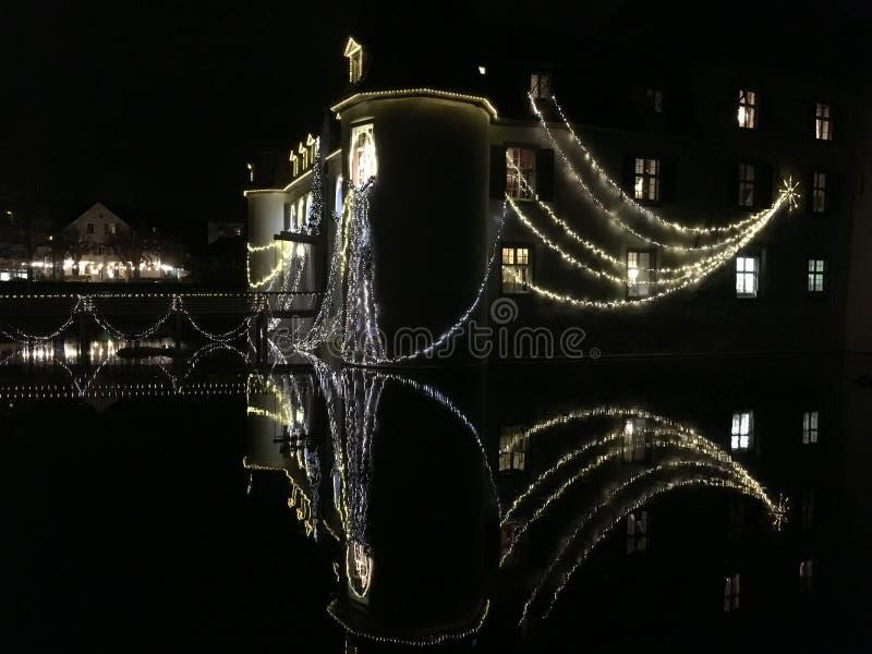 Schloss barroco Bottmingen cerca de Basilea en Suiza en la noche, reflexión en la calma espejo-como el agua de la fosa, decoració fotos de archivo libres de regalías