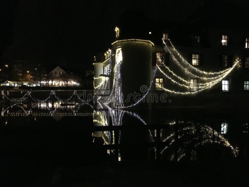 Schloss barroco Bottmingen cerca de Basilea en Suiza en la noche, reflexión en la calma espejo-como el agua de la fosa, decoració fotografía de archivo libre de regalías