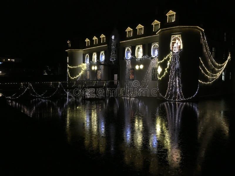 Schloss barroco Bottmingen cerca de Basilea en Suiza en la noche, reflexión en la calma espejo-como el agua de la fosa, decoració imagen de archivo libre de regalías