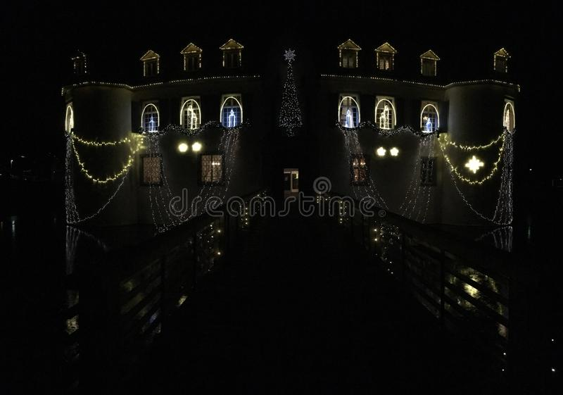 Schloss barroco Bottmingen cerca de Basilea en Suiza en la noche, reflexión en la calma espejo-como el agua de la fosa, decoració foto de archivo