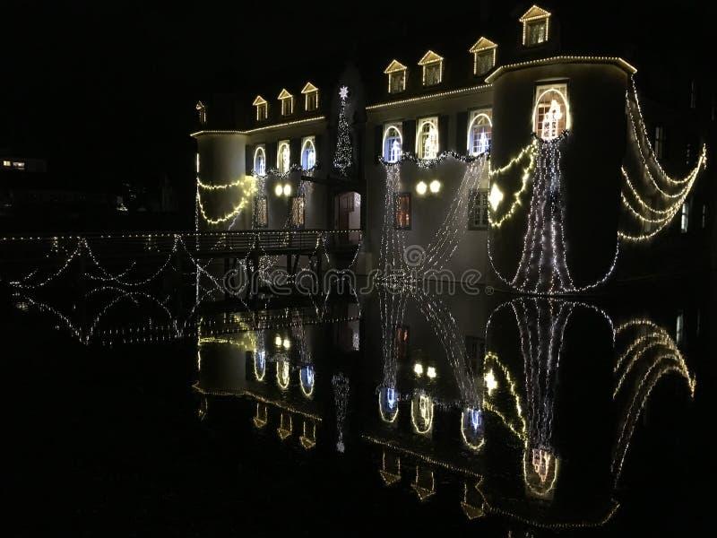 Schloss barroco Bottmingen cerca de Basilea en Suiza en la noche, reflexión en la calma espejo-como el agua de la fosa, decoració imagenes de archivo