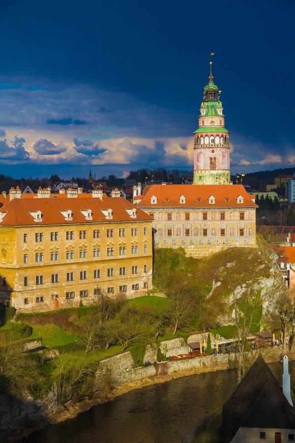 Schloss Cesky Krumlov mit drastischem stürmischem Himmel, Tschechische Republik lizenzfreie stockfotografie