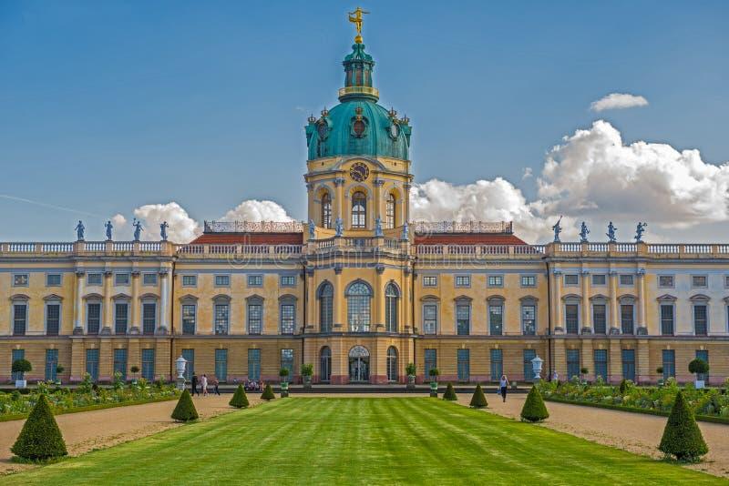 Schloss Charlottenburg (den Charlottenburg slotten) med trädgården i Berlin royaltyfria bilder