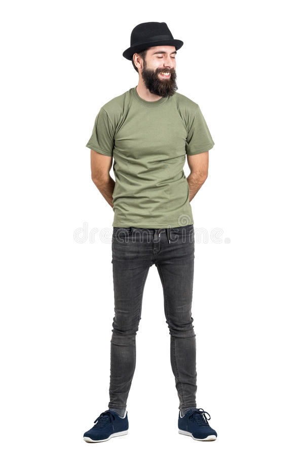 Schloss das tragende Hut- und Shirt-Lachen des bärtigen Mannes sorglos mit Augen lizenzfreies stockbild