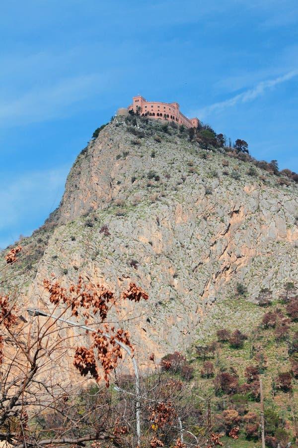 Schloss an der Gebirgsspitze Palermo, Italien lizenzfreie stockbilder