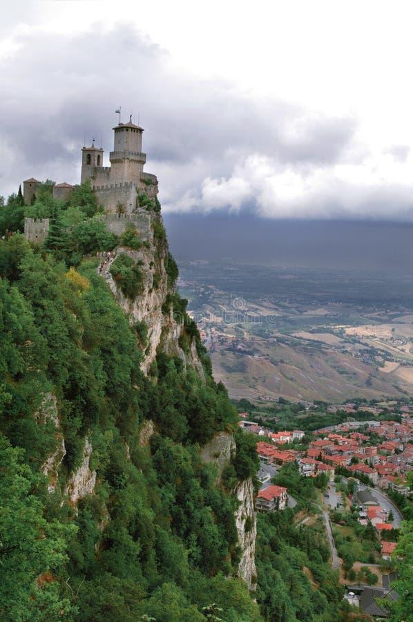 Schloss an der Spitze der Klippe San Marino Euro-Reise lizenzfreies stockbild
