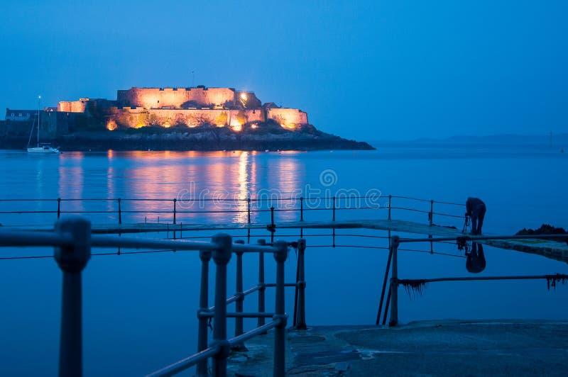 Schloss durch das Meer lizenzfreie stockfotografie