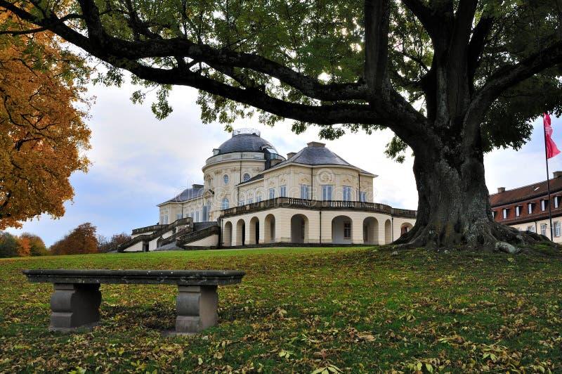 Schloss Einsamkeit im Fall, Stuttgart stockfotos