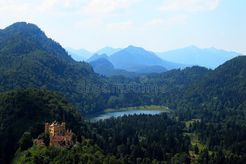 Schloss Hohenschwangau, le alpi e Alpsee in Germania immagine stock