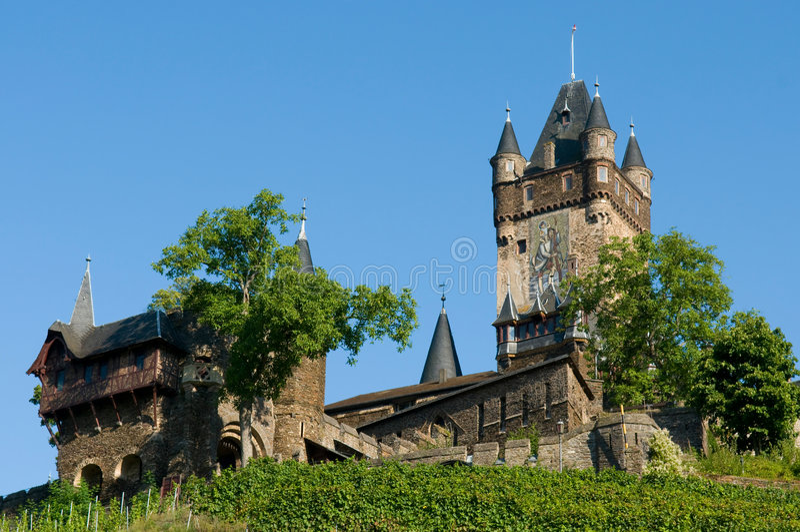 Download Schloss im Grün stockfoto. Bild von blatt, gebäude, gotisch - 9087606