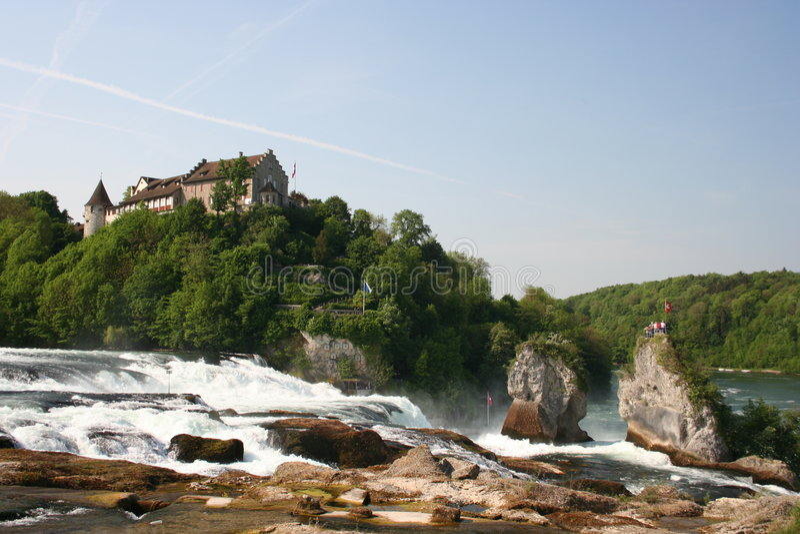 Schloss Laufen en Rhinefall fotos de archivo