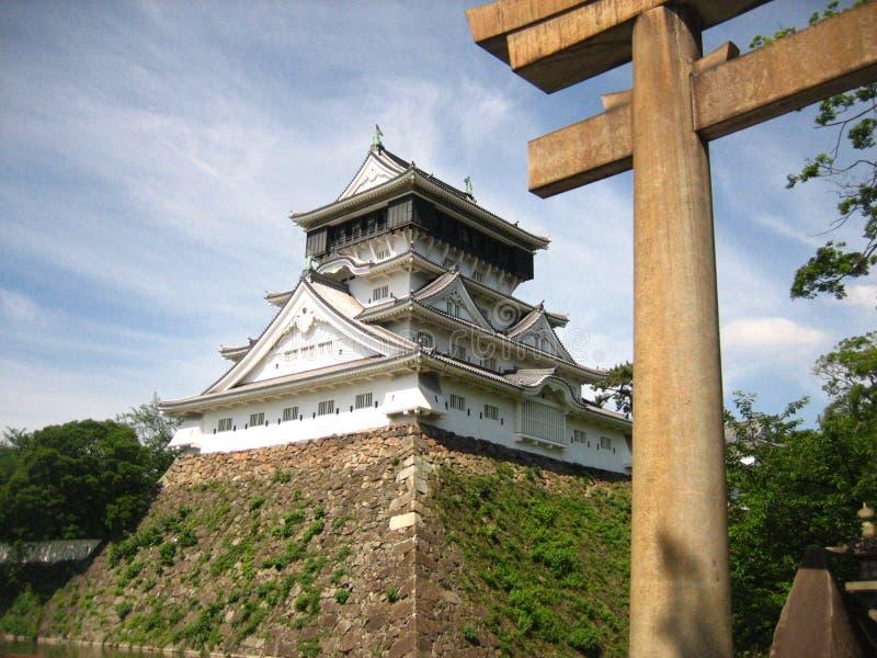 Schloss mit torii lizenzfreies stockfoto