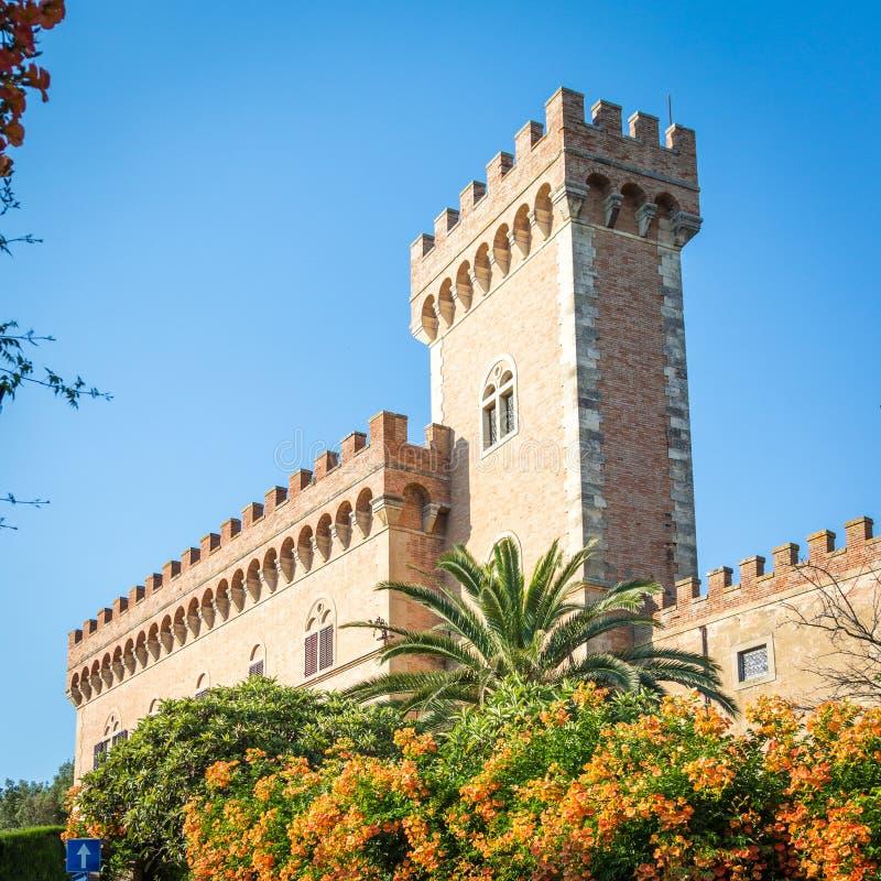 Schloss mit Turm- und Stadttor von Bolgheri stockfoto