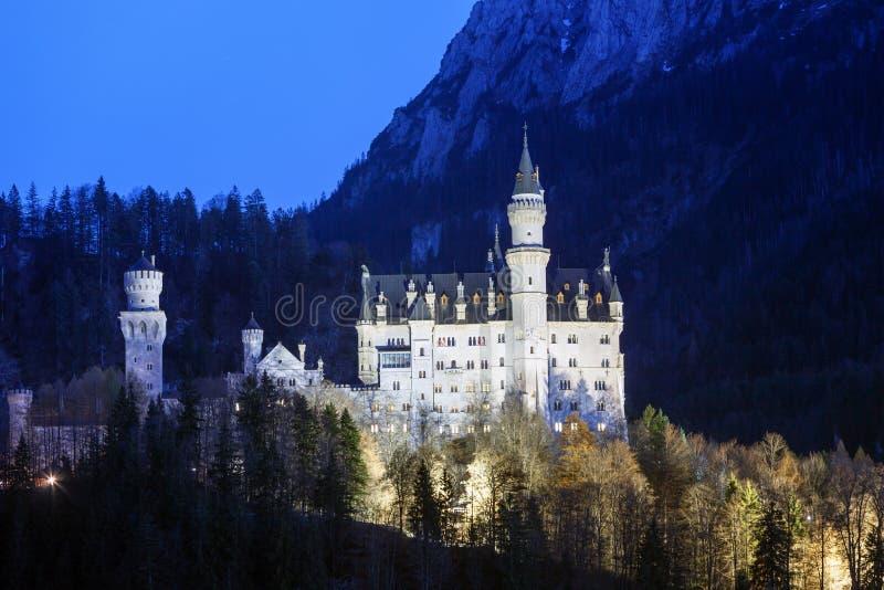 Schloss Neuschwanstein in den bayerischen Alpen stockbilder
