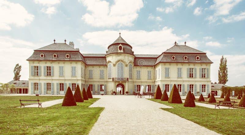 Schloss Niederweiden in Oostenrijk, gele filter stock afbeeldingen