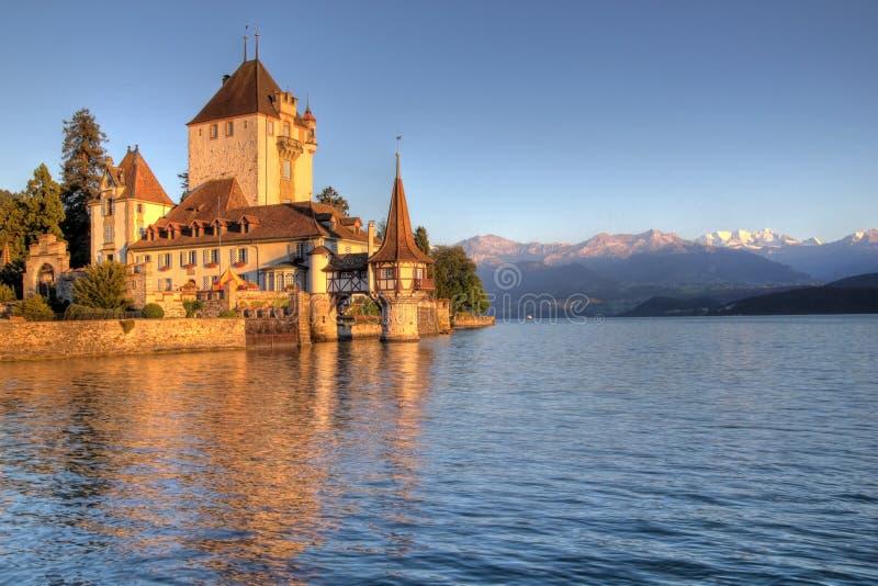Schloss Oberhofen no lago Thun, Switzerland fotografia de stock