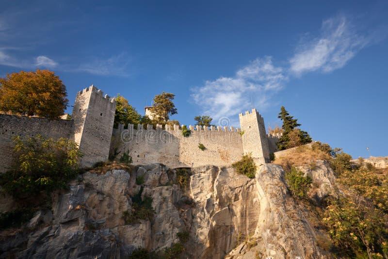 Schloss in San Marino stockfotos