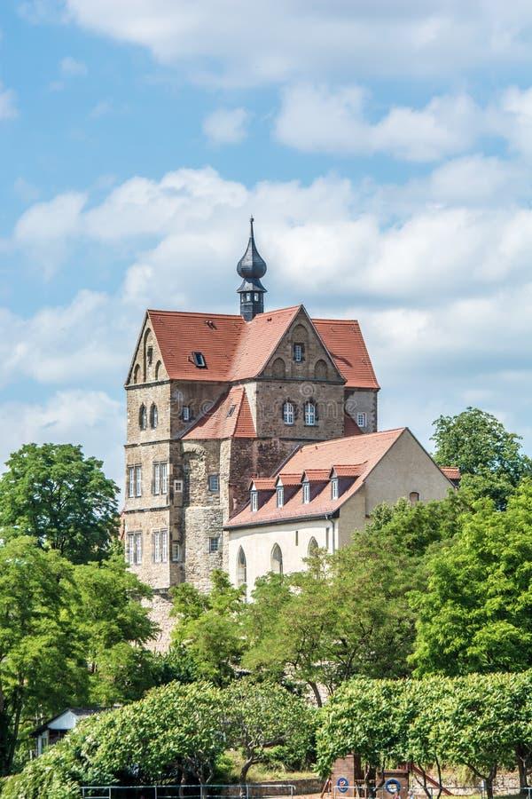 Schloss Seeburg in Deutschland-tres zwischen Bäumen über dem süßen See lizenzfreie stockbilder