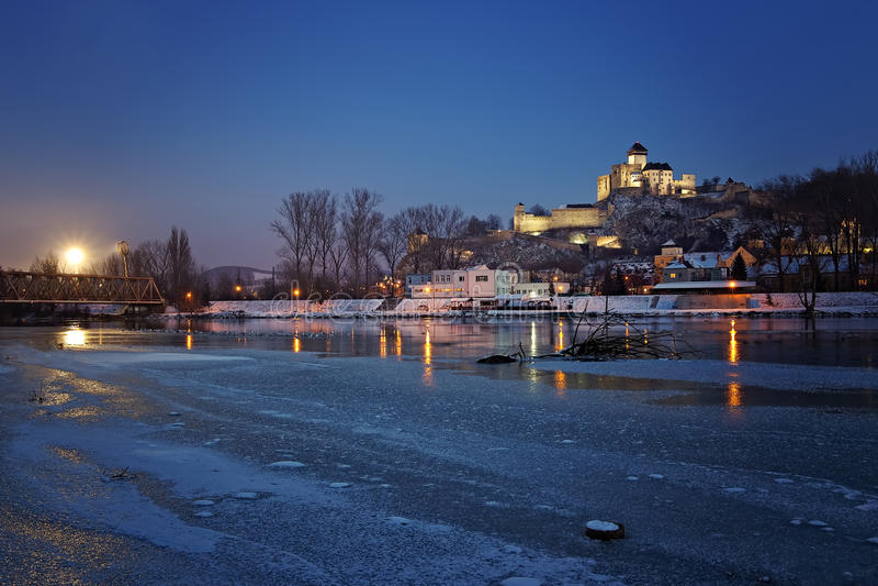 Schloss Slowakei Trenciansky nach Sonnenuntergang stockfotos