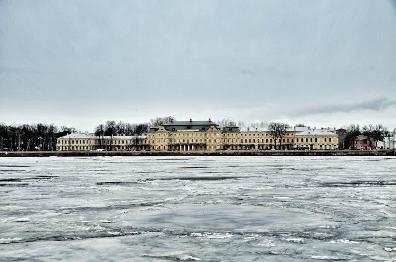 Schloss in St Petersburg lizenzfreie stockfotografie