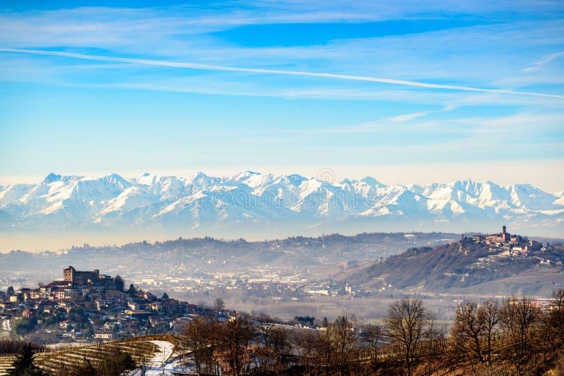 Schloss und Berge Roddi in Nord-Italien, langhe Region, Torte stockfoto