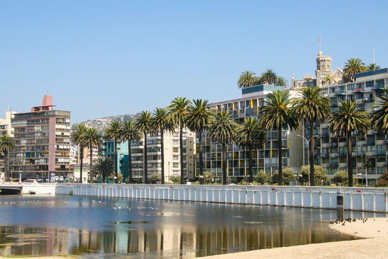 Schloss und palmtrees Wulff in der Mitte von Vina del Mar, Chile lizenzfreie stockfotos