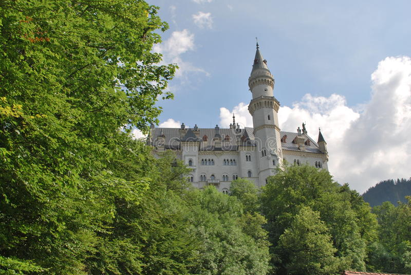 Schloss unter den Bäumen stockbilder