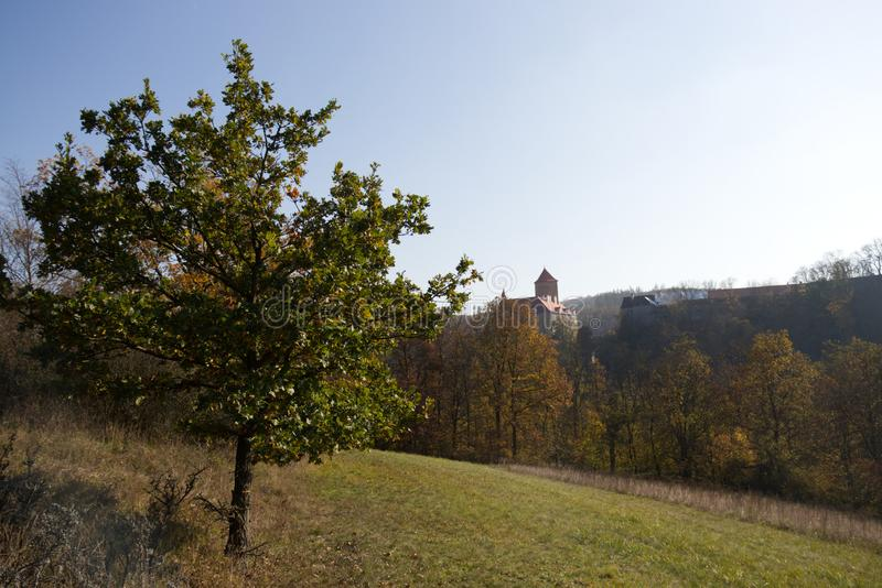 Schloss Veve?í am sonnigen Herbsttag lizenzfreie stockfotografie