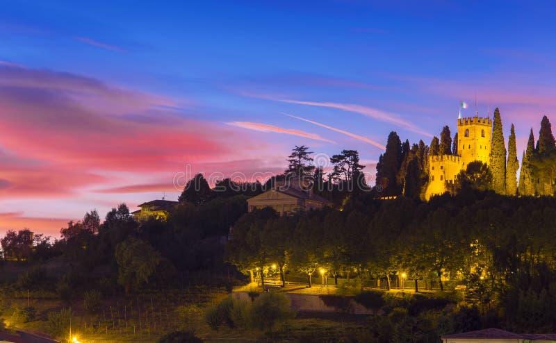 Schloss von Conegliano nachts lizenzfreie stockfotos