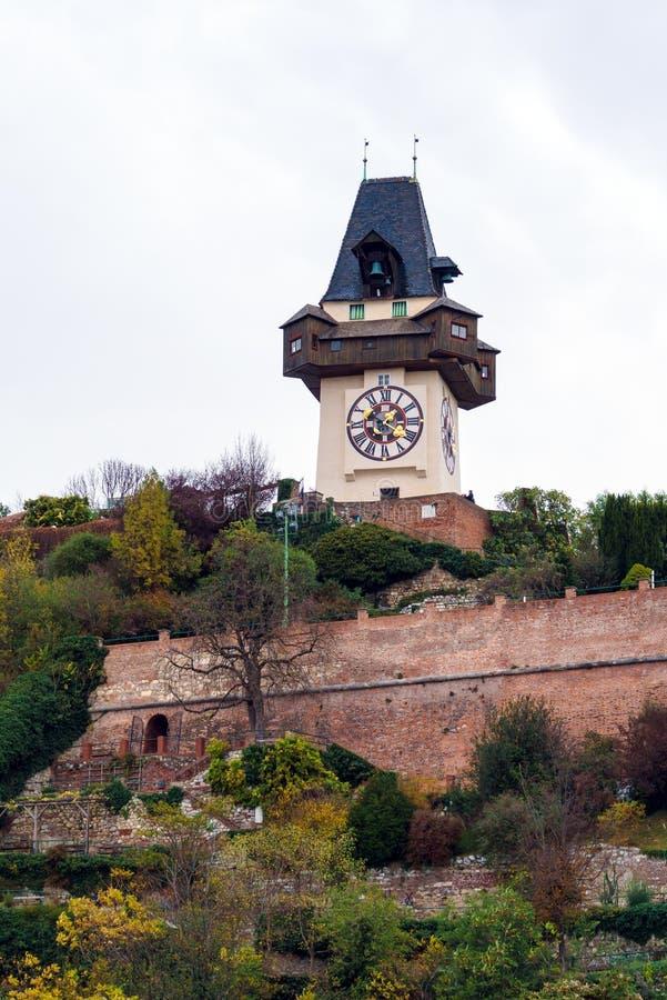 Schlossbergen eller slottkullen med tornet Uhrturm, Graz, Aus royaltyfri bild