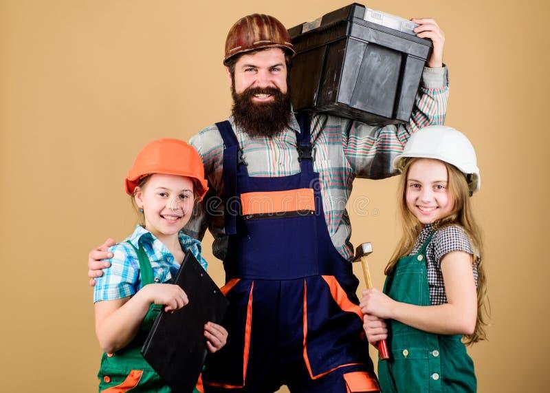 Schlosser in der Uniform Technikbildung Bauarbeiterassistent B?rtiger Mann mit kleinen M?dchen familie stockfoto
