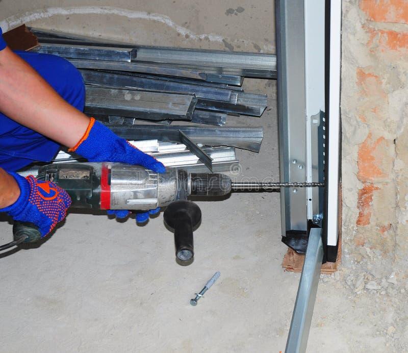Schlosser Installing Garage Door stockfotografie
