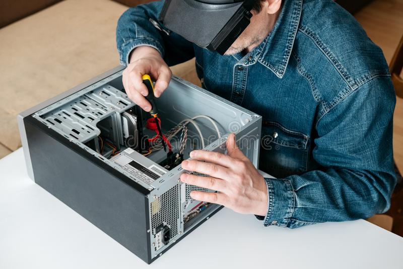Schlosser ist die Personal-Computer Zerlegung Ingenieur ist Diagnose- und regelnder defekter PC in der Werkstatt Elektronische Re lizenzfreie stockfotos