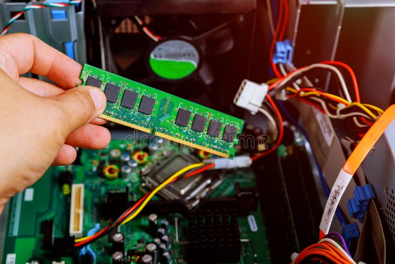 Schlosser ist die Personal-Computer Zerlegung ist regelnder defekter DiagnosepC in der Werkstatt Elektronische Reparaturwerkstatt lizenzfreies stockbild