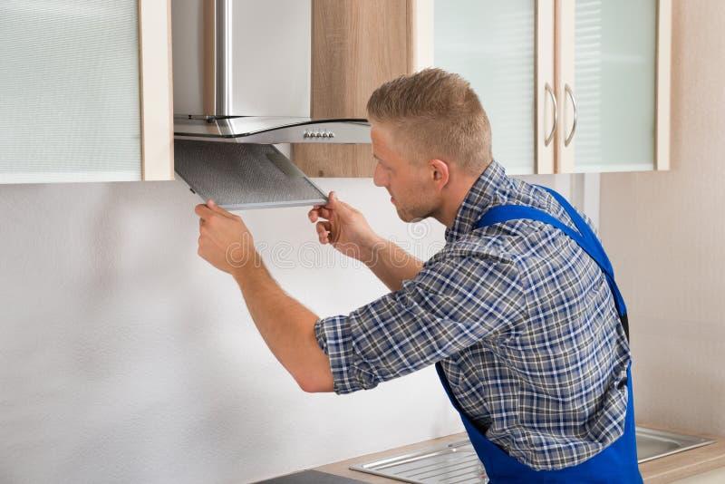 Schlosser-Repairing Kitchen Extractor-Filter stockbild