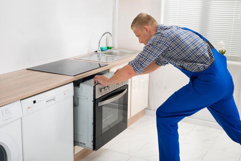 Schlosser Repairing Oven stockfotografie