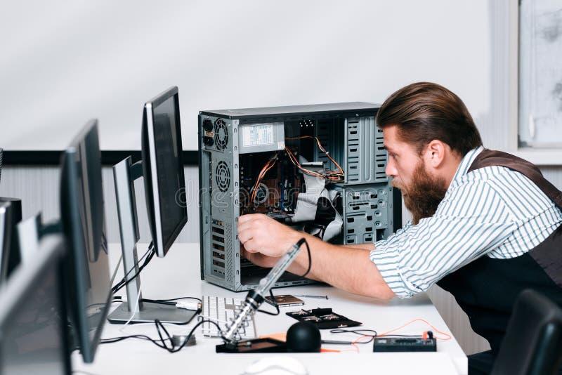 Schlosserfestlegungskomponenten in der Rechnereinheit stockbild