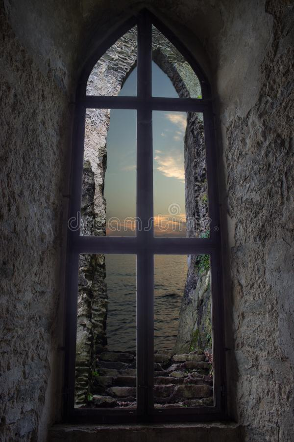 Schlossfenster, welches das Meer übersieht lizenzfreie stockbilder