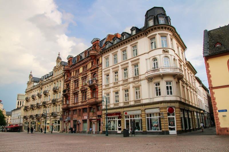 Schlossplatz的历史的房子在威斯巴登,黑森,毒菌摆正 库存图片