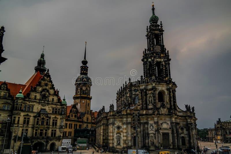 Schlossplatz en buitenmening aan Katholische Hofkirche Dresden, Duitsland stock afbeelding