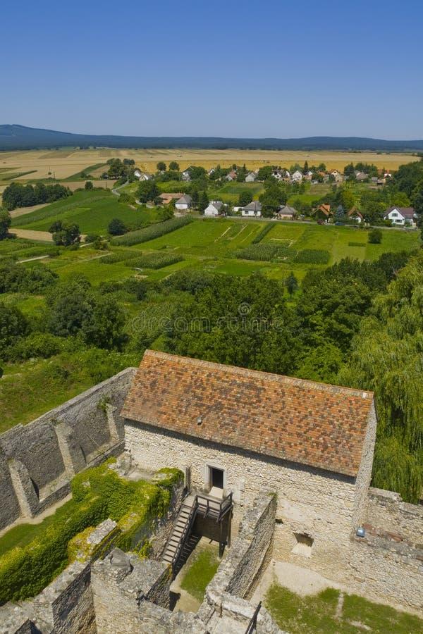 Schlossruinen über Dorf stockbild