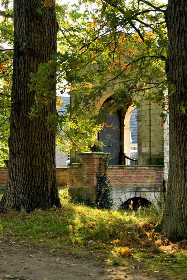 Schlosstor Ende der Nachmittagssonne stockbilder