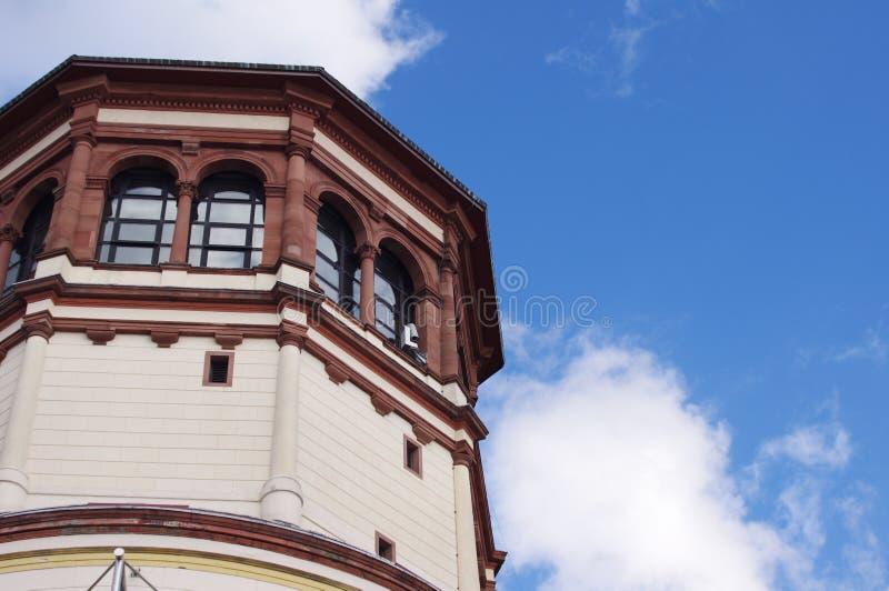 Schlossturm sul fondo del cielo blu fotografia stock