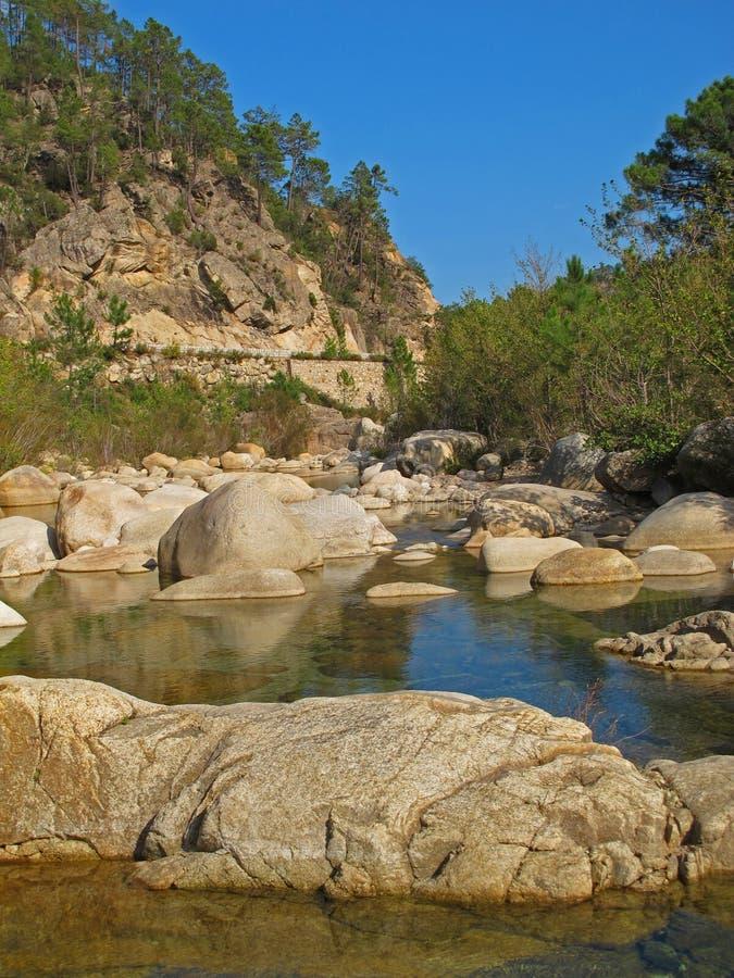 Schluchten des Solenzara-Flusses auf Korsika-Insel stockfotos