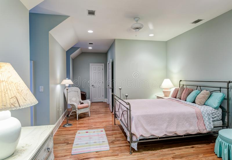 Schmackhaftes Dachbodenschlafzimmer mit harten Holzfußböden lizenzfreies stockbild