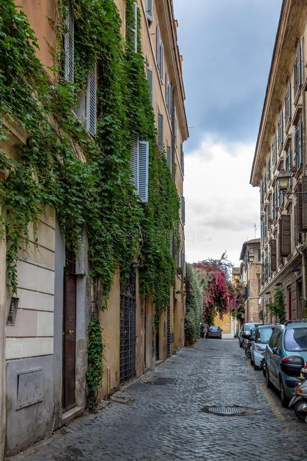 Schmale alte Straße in Trastevere - Rom, Italien stockfotos