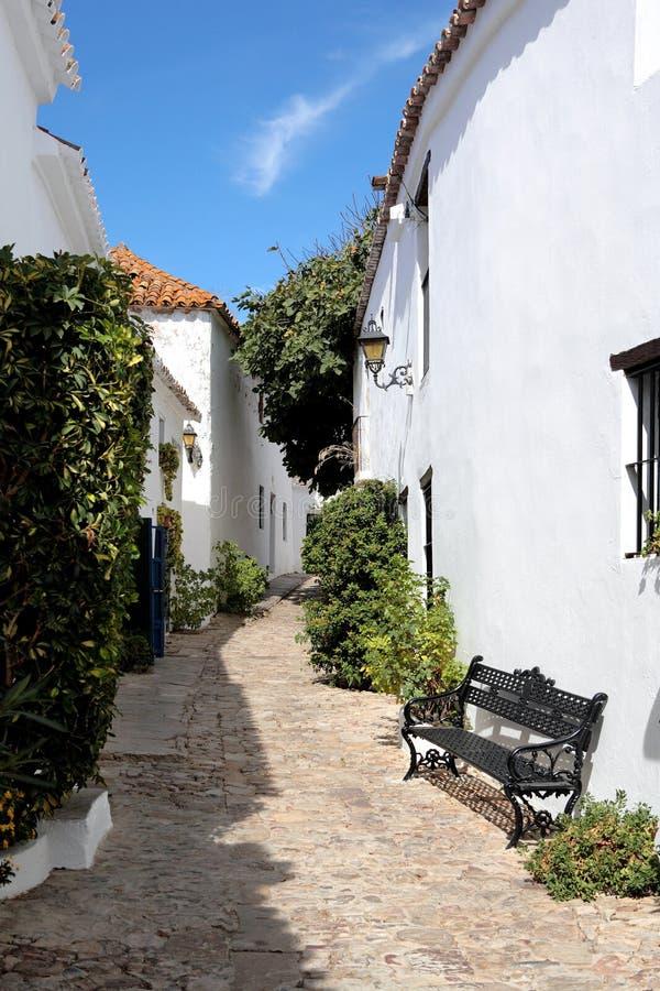 Schmale, cobbled Straßen des spanischen Pueblos lizenzfreie stockfotos
