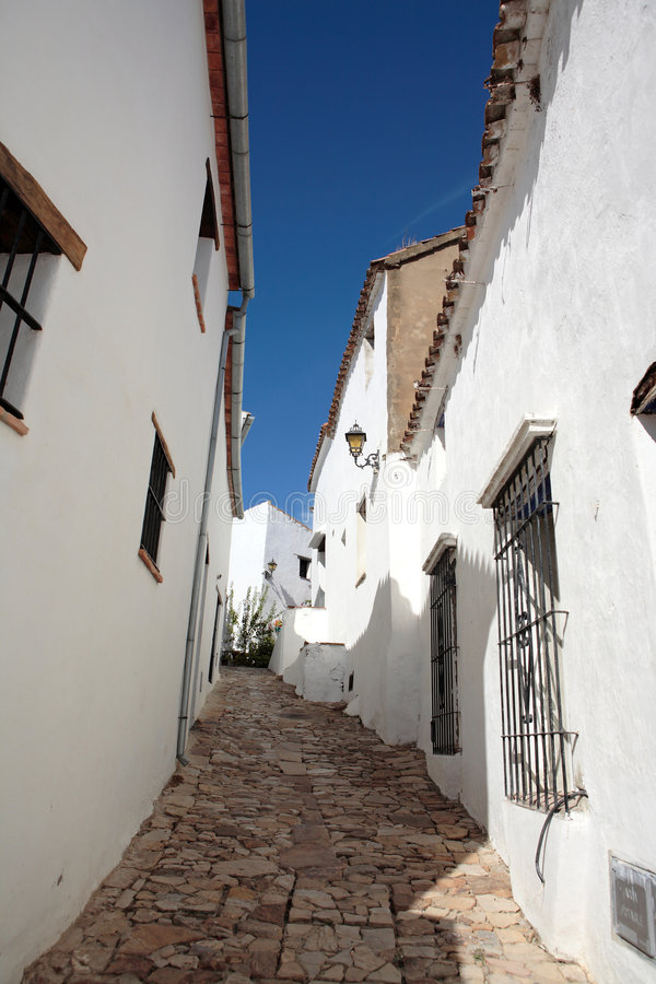 Schmale, cobbled Straßen und Häuser des spanischen Pueblos lizenzfreies stockfoto