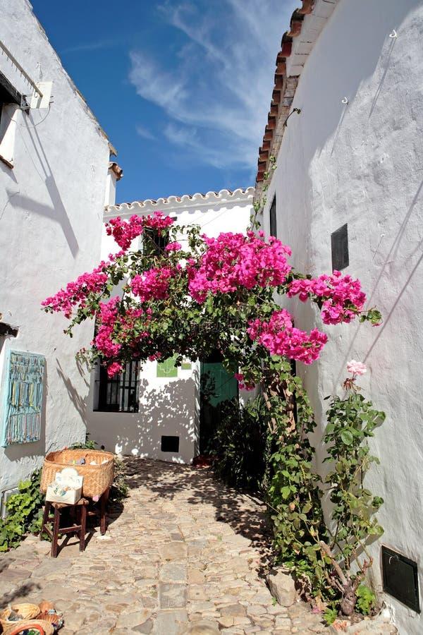 Schmale, cobbled Straßen und Häuser des spanischen Pueblos lizenzfreies stockbild